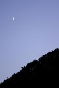 トワイライトの三日月と山のシルエットの写真素材 [FYI00277897]