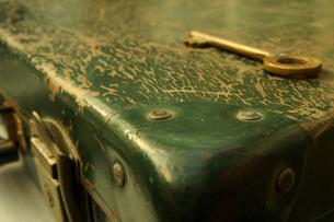 古いトランクと鍵の写真素材 [FYI00277911]