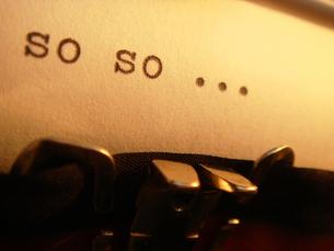 タイプライターで打った文字  「so so ・・・」 の写真素材 [FYI00278058]