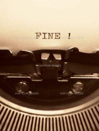 タイプライターと打った言葉 「FINE !」の素材 [FYI00278060]