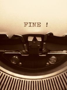 タイプライターと打った言葉 「FINE !」の写真素材 [FYI00278060]