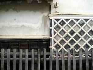 旧家の白壁と柵の写真素材 [FYI00278081]