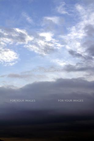 広がり始めた夕暮れの青空の写真素材 [FYI00278195]