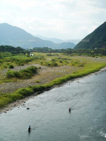 千曲川と二人の釣人の写真素材 [FYI00278227]
