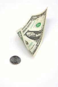 百円玉と1ドル札の写真素材 [FYI00278233]