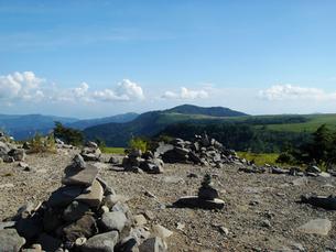 高原の積み重ねられた石と真夏の空の写真素材 [FYI00278319]