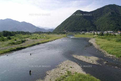葛尾山と千曲川と鮎釣りの人の写真素材 [FYI00278327]