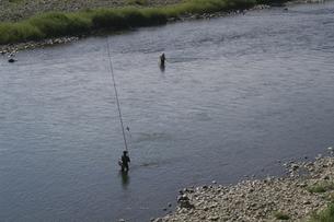 釣竿をあげる釣人の写真素材 [FYI00278392]