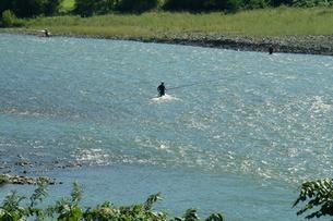 千曲川の浅瀬と釣人のシルエットの写真素材 [FYI00278394]