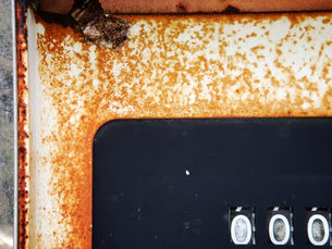 壊れた古い給油メーターと蜂の写真素材 [FYI00278481]