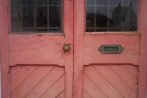 赤い扉の写真素材 [FYI00278493]