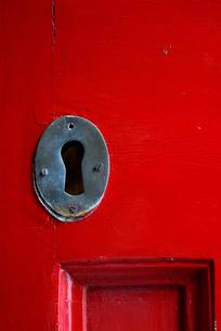 赤いドアの鍵穴の写真素材 [FYI00278494]