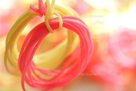 黄色とピンクの輪ゴムの素材 [FYI00278580]