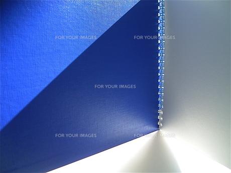 青い表紙のスケッチブックの素材 [FYI00278611]