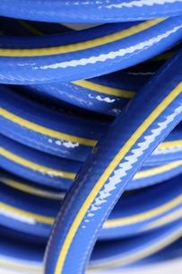 青いビニールホースの写真素材 [FYI00278615]