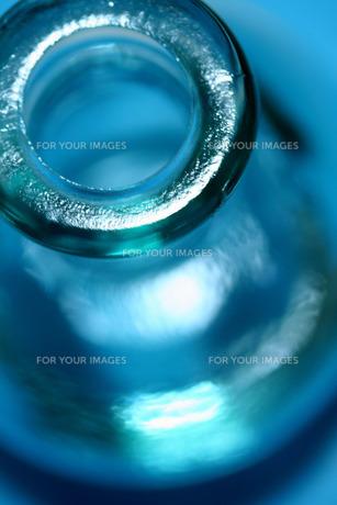 青いガラスの花瓶の写真素材 [FYI00278647]