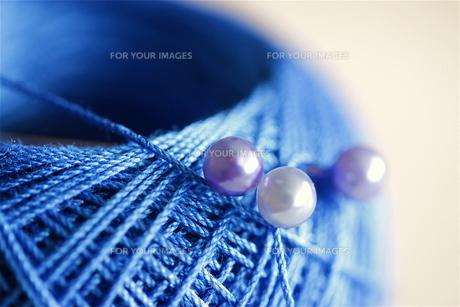 青いレース糸とパールのまち針(2)の写真素材 [FYI00278665]