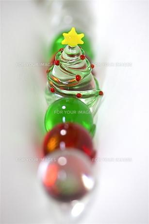 ガラスのツリーとビー玉の写真素材 [FYI00278672]