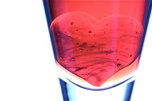 グラスの中のハート(ヨコ)の素材 [FYI00278681]