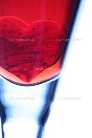 グラスの中のハート(タテ左)の素材 [FYI00278694]