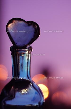 ガラスのハートと小瓶の写真素材 [FYI00278695]