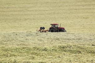 牧草地のトラクターの写真素材 [FYI00279097]
