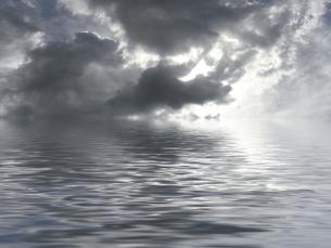 曇り空と水面の素材 [FYI00279325]