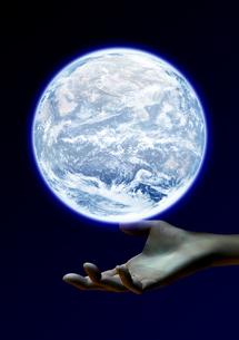 地球を支える手のイメージの素材 [FYI00279454]