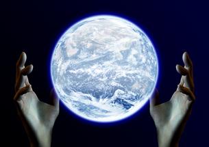 地球を包む手のイメージの素材 [FYI00279467]
