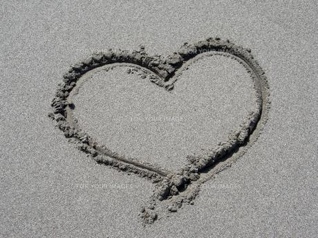 砂に描いたハートの素材 [FYI00279558]