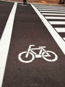 横断歩道の自転車マークの写真素材 [FYI00279782]