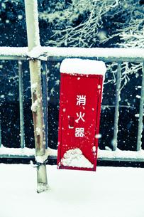 雪の街角 消火器の写真素材 [FYI00280113]