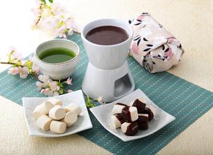 ホワイトデー マシュマロ チョコレートフォンデュの写真素材 [FYI00280115]