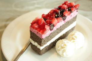 苺とブルーベリーのケーキの写真素材 [FYI00280267]