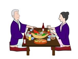シニア夫婦の浴衣姿で食事の写真素材 [FYI00280385]