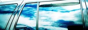 車窓に映る空の写真素材 [FYI00280756]
