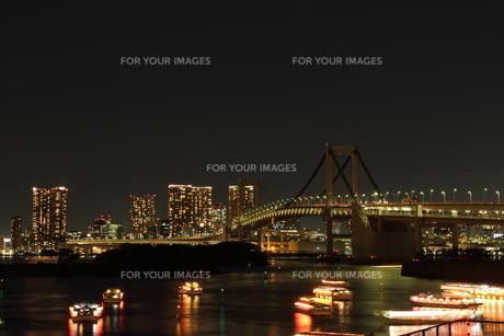 ライトアップしていないレインボーブリッジとライトアップしていない東京タワーの素材 [FYI00280795]