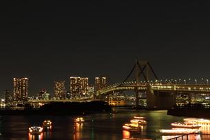 ライトアップしていないレインボーブリッジとライトアップしていない東京タワーの写真素材 [FYI00280795]