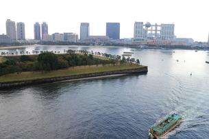 東京湾と遊覧船の波しぶきの写真素材 [FYI00280800]