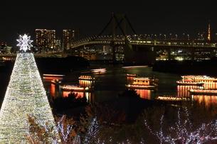 お台場の屋形船とクリスマスツリーの素材 [FYI00280801]