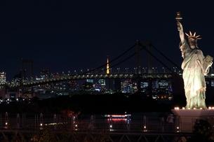 ライトアップなしのレインボーブリッジの写真素材 [FYI00280803]
