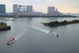 東京湾で交差する船の素材 [FYI00280804]