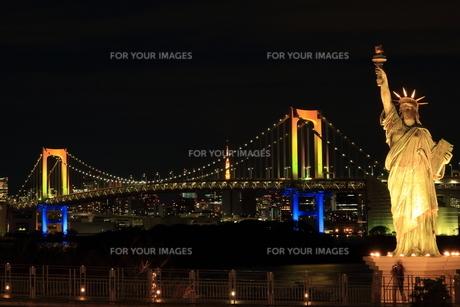 七色のレインボーブリッジと自由の女神の写真素材 [FYI00280807]