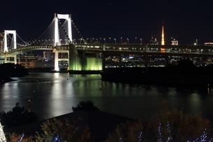 お台場レインボーブリッジと東京タワーの夜景の写真素材 [FYI00280816]