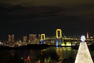 七色のレインボーブリッジとクリスマスツリーの写真素材 [FYI00280819]