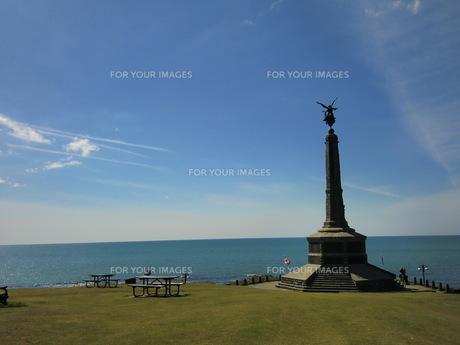 空と海と天使の像の写真素材 [FYI00280849]