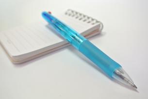 メモとペンの写真素材 [FYI00280859]