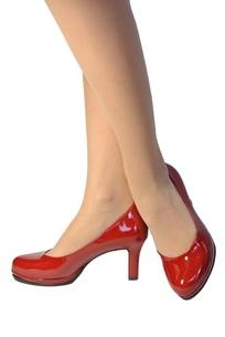 女性の足と赤い靴の写真素材 [FYI00280884]