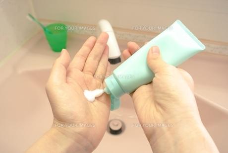 石鹸をチューブから手に出すの写真素材 [FYI00280890]