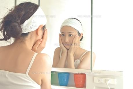 洗面台の前の女性の写真素材 [FYI00280904]